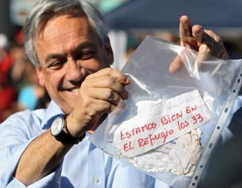 Президент Чили,  узнав радостную новость, тут же приехал на север страны.Фото: HECTOR RETAMAL/AFP/Getty Images