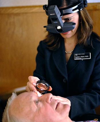 Офтальмоскоп непрямой – результат прогресса в науке и технике. Фото с riversideonline.com