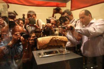 Фотографы на премьере экспозиции цилиндра Кира в Национальном иранском музее в Тегеране в прошлом году. Экспонат 6 века до н.э. был предоставлен Ирану Британским музеем Лондона. Фото: Atta Kenare /AFP /Getty Images