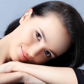Нанесение макияжа требует специальных навыков и умений. Фото с vizash35.ru