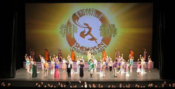 Труппа Шеньюнь на сцене. Фото: Shen Yun Performing Arts /The Epoch Times