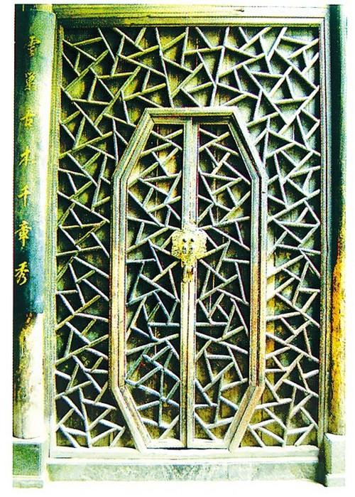 Дверное покрытие с изогнутыми линиями в Дунюане, деревня Сиди, уезд И, провинция Аньхой. Фото: Secret China