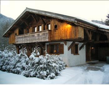 Вариант альпийского каркасного дома с пологой двухскатной крышей, выполненный в архитектурном стиле под шале. Фото с сайта effp.ru
