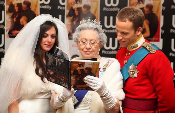 Двойники принца Уильяма  и  Кейт  Миддлтон сыграли псевдосвадьбу. Фото: GEOFF CADDICK/AFP/Getty Images