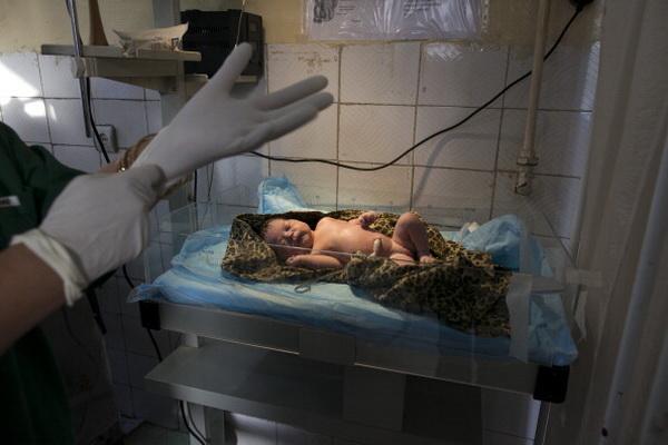 Фоторепортаж о тяжелых родах и материнстве в Афганистане. Фото: Paula Bronstein/Getty Images