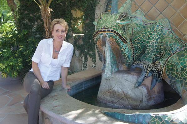Inn Emerald Iguana может похвастаться большой, в стиле Гауди, мозаичной игуаной в фонтане у главного входа. Фото: Beverly Mann