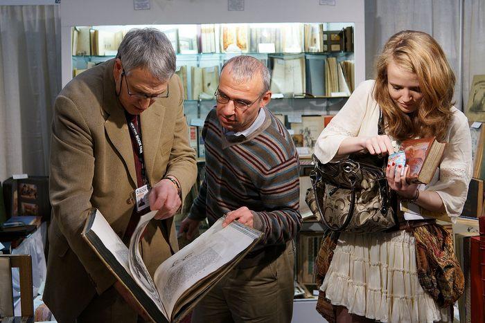 Более 200 экспонентов представили редкие и старинные книги, карты и рукописи на ежегодной ярмарке антикварных книг в Нью-Йорке 12 апреля 2013 г. Фото: Spencer Platt/Getty Images