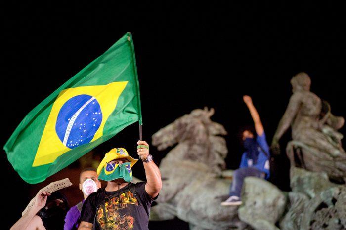 В Бразилии продолжаются протесты, вызванные повышением цен на транспорт. Бразильцы выражают недовольство бесхозяйственностью и коррупцией в стране 19 июня 2013 г. Фото: CHRISTOPHE SIMON/AFP/Getty Images