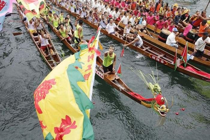 Соревнования на драконьих лодках в порту Виктория в Гонконге 12 июня 2013 г. на кранавале драконьих лодок. Фото: Jessica Hromas/Getty Images