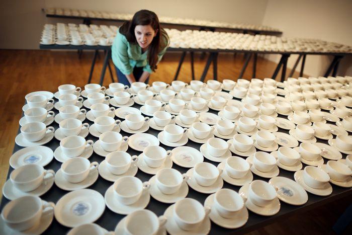 На выставке Обмен» в музее Foundling в Лондоне художница Клэр Туми представила посуду с написанными на ней хорошими делами. 14 июня 2013 г. Фото: Peter Macdiarmid/Getty Images