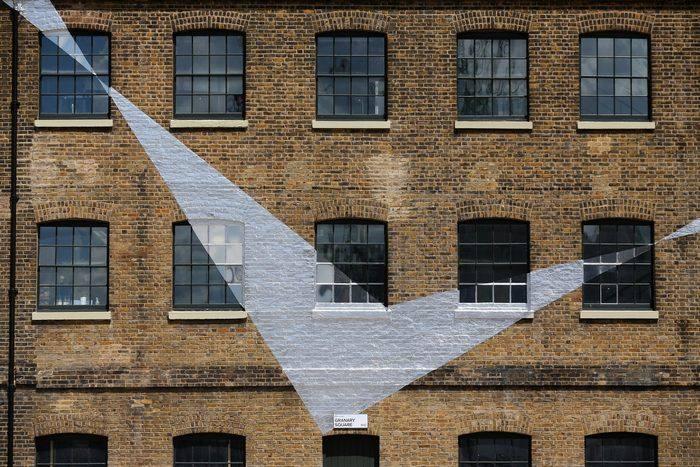 Фрагменты инсталляции Across the Buildings швейцарского художника Феличе Варини на площади Гранари в Лондоне 16 мая 2013 г. Фото: Oli Scarff/Getty Images