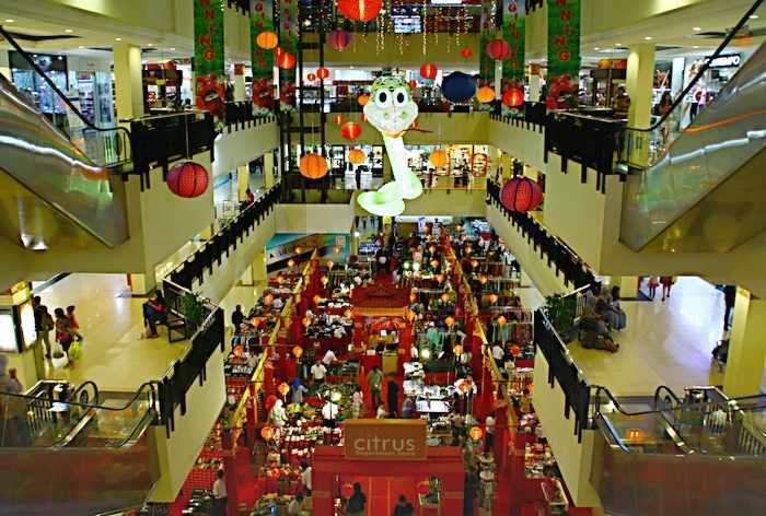 Торговый центр в Богоре украшен большой змеей в честь года по китайскому календарю. Остров Ява, Индонезия. Фото: Сима Петрова/Великая Эпоха (The Epoch Times)
