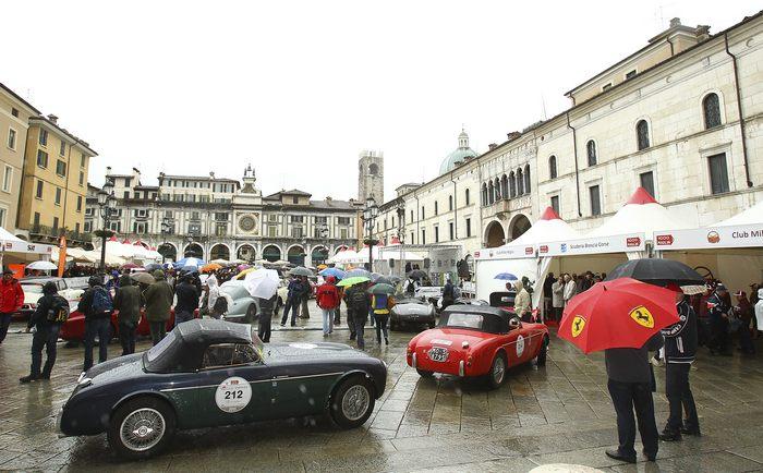 Автогонки Mille Miglia 2013 стартуют в итальянском городе Брешиа 16 мая 2013 г. Фото: Marco Luzzani/Getty Images