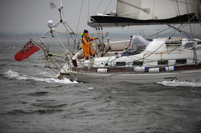 впервые совершил кругосветное одиночное плавание на парусной лодке