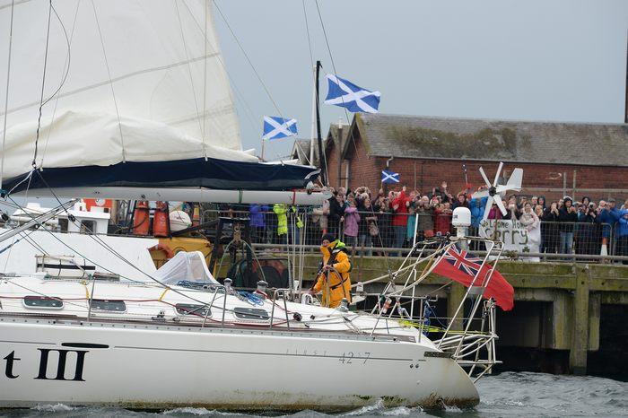 На парусной яхте Quest III Герри Хьюз, глухой от рождения, завершил кругосветное  путешествие в порту Трун, Шотландия 8 мая 2013 г. Фото: Jeff J Mitchell/Getty Images