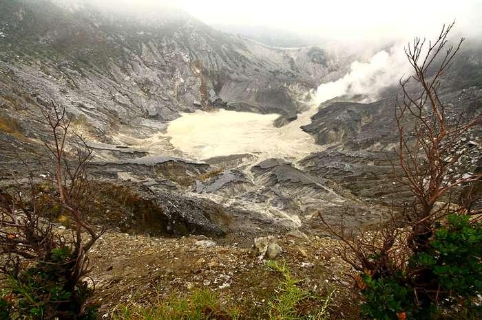 Вулкан Тангкубан Праху неподалёку от города Бандунг на высоте 2076 м проявляет активность. Остров Ява, Индонезия. Фото: Сима Петрова/Великая Эпоха (The Epoch Times)