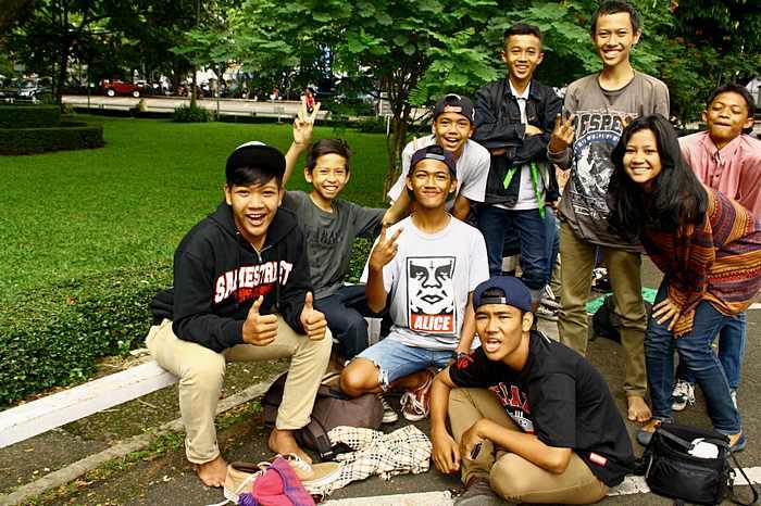 Школьники в парке очень дружелюбны и вежливы. Город Бандунг на острове Ява в Индонезии. Фото: Сима Петрова/Великая Эпоха (The Epoch Times)