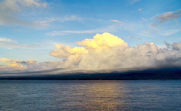 Остров Ява с моря на восходе солнца. Индонезия. Фото: Сима Петрова/Великая Эпоха (The Epoch Times)