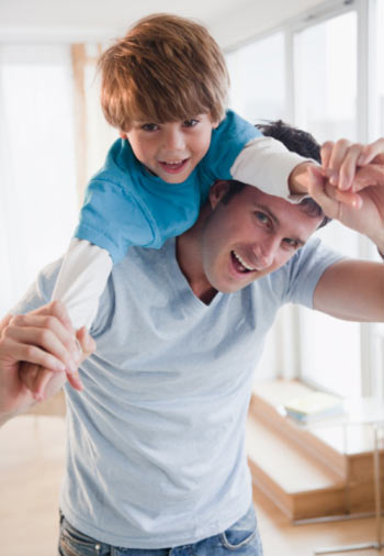 Малыш с самого раннего возраста впитывает все поступки и повторяет поведение своего отца. Фото: Jamie Grill/ Getty Images
