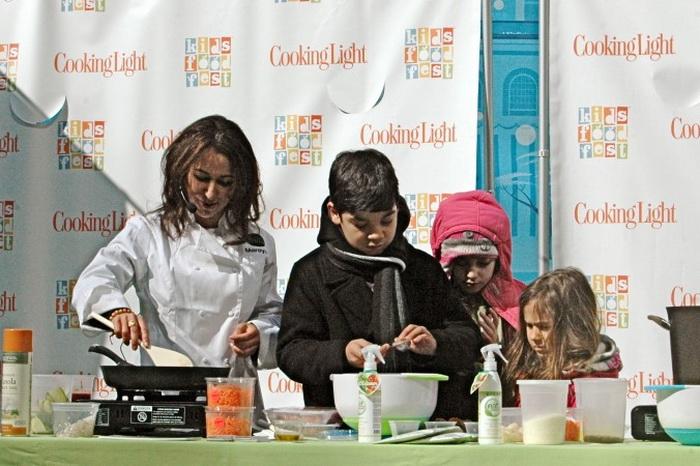 Повар Марейя Ибрагим готовит полезные спагетти и фрикадельки вместе с маленькими помощниками в парке Брайянт в марте 2013 года. Фото: Чаннали Филипп/Epoch Times