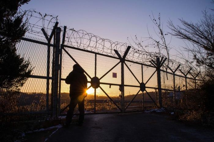 Восход над ДМЗ. Фото: Джерод ХОЛЛ