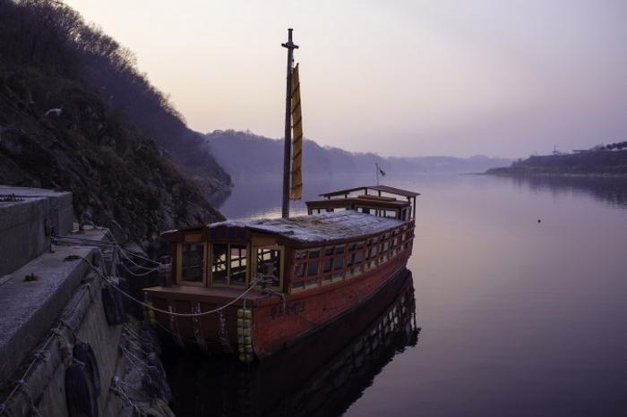 Туристическое судно на реке Имджин. Фото: Джерод ХОЛЛ