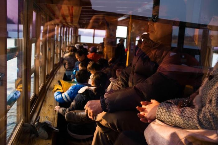 Пассажиры в туристическом судне на реке Имджин. Фото: Джерод ХОЛЛ
