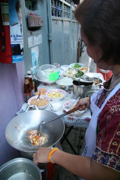 Обжарьте ингредиенты, постоянно перемешивая, пока креветки (курица или тофу) не будут полностью готовы. Фото: Jan Jekielek/Epoch Times