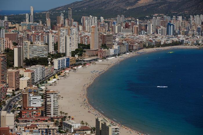 Общий вид пляжа Поньенте в Бенидорме, Испания. Фото: Pablo Blazquez Dominguez/Getty Images