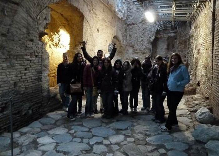 Студенты стоят на римской улице, которая  теперь находится ниже уровня земли, потому что римляне часто строили дома поверх старых руин. Фото: Sotterranei di Roma