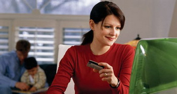 Девушки выбирают Интернет-магазины. Фото с ikirov.ru