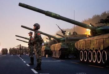 Военный парад на площади Тяньаньмэнь 1 октября 2009 г. во время празднования 60-летия правления коммунистической партии. Фото: STR /AFP /Getty Images