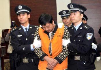 Чжен Миншен (в центре), 41 год, бывший врач, выведен из зала суда после вынесенного ему смертного приговора в Нанпине, в юго-восточной провинции  Фуцзянь Фото: AFP /Getty Images
