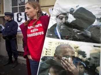 Активистка из организации «Репортеры без границ» принимает участие в демонстрации перед египетским посольством 4 февраля 2011 года в Париже, в знак протеста против нападения на журналистов в Египте. Фото: Joel Saget /AFP /Getty Images