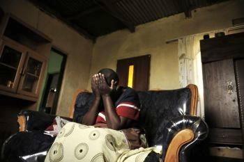 Женщина, живущая в окрестностях Падди, на восточном побережье мыса Доброй Надежды, плачет, рассказывая о том, что она была избита и ранена своим мужем. Фото: Gianluigi Guercia /AFP /Getty Images
