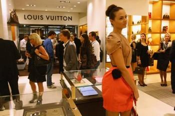 Модель приветствует прохожих, делающих покупки в магазине-люкс Louis Vuitton в Берлине. Богатые становятся все богаче за счет бедных, говорят циники. Фото: Sean Gallup /Getty Images