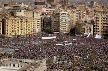 4 февраля 2011 года площадь Тахрир переполнена шумом возобновленных протестов, призывающих Мубарака  немедленно покинуть свой пост. Фото Петера Макдиармид /Getty Images