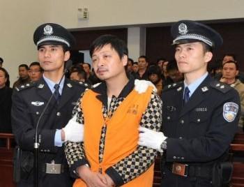 Миншен Чжэн (в центре), 41-летний бывший врач в суде, где 8 апреля ему был вынесен смертный приговор в г. Нанпине юго-восточной китайской провинции Фуцзянь. Чжэн смертельно ранил ножом восемь школьников. Он признался, что «умышленно убил» детей 23 марта у ворот экспериментальной начальной школы в Нанпине после того, как его бросила женщина. Фото: STR /AFP /Getty Images