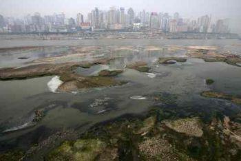 Загрязненная вода реки Янцзы в городе Чунцинь, Китай, 28 марта 2007 года. Фото: China Photos /Getty Images