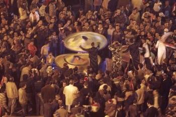 Египтяне празднуют в Каире на площади Тахрир, эпицентре народного восстания, в результате которого 12 февраля 2011 года был отстранен от власти прежний правитель Хосни Мубарак. Фото Мухаммеда Абида /AFP /Getty Images