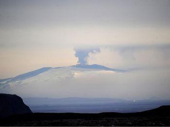 Пепел и дым вулкана Эйяфьяллайекюль, наблюдаемого из Вестманнаэйяр, Исландия, 20 апреля 2010 г. Фото: Emmanuel Dunand /AFP /Getty Images