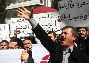 Что стоит за протестами в арабском мире? Фото: ADEM ALTAN/AFP/Getty Images