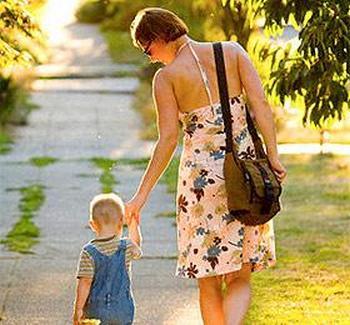 По данным опроса ВЦИОМа, проведенного в 2006 г., 81% россиян не собирается усыновлять ребенка. Фото с deti-siroty.ru