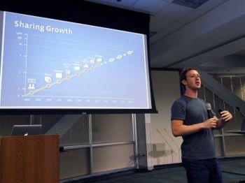 Марк Цукерберг, основатель Facebook, 6 июля в Калифорнии объявляет о новых возможностях, которыми стал располагать Facebook, включая видео-чат и групповой чат. Фото: Justin Sullivan/Getty Images