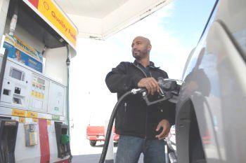 Сэмюэл Лемб из Сан-Хосе, Калифорния, заправляет свой грузовик на заправочной станции Shell 27 апреля в Сан-Франциско. Ожидается, что в течение следующих несколько недель в масштабе всей страны цены на топливо понизятся также быстро, как упали цены на сырую нефть. Фото: David Paul Morris/Getty Images