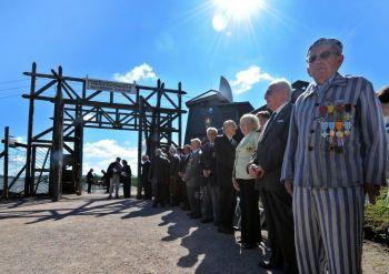 26 июня состоялась памятная церемония  в концентрационном лагере времен Второй мировой войны Struthof, в Natzwiller, восточная Франция, единственном нацистском концлагере на французской земле. В лагере погибли приблизительно 22 000 мужчин и женщин. Фото Patrick Hertzog/AFP/Getty images