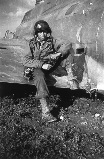 В 1944 году Тони Ваккаро находился с 83-м пехотным подразделением американской армии на Западном фронте. Он назвал свою камеру 35mm Argus C3 «черный славный парень». Фото предоставлено Тони Ваккаро