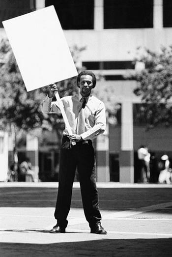 … В такой ситуации под запрет попадут все граждане, которые хотят одиноким пикетом выразить свою гражданскую позицию. Фото: Digital Vision/Getty Images