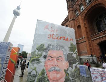 Портрет Сталина на одном из блоков разрушенной Берлинской стены. Фото:  JOHN MACDOUGALL/AFP/Getty Images