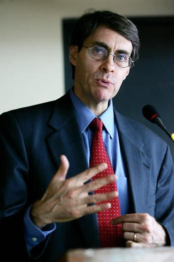 Кеннет Росс – докладчик Human Rights Watch.  Фото:  TED ALJIBE/AFP/Getty Images